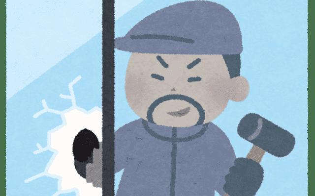 窓から侵入する泥棒
